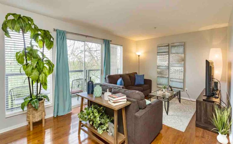 DOWNTOWN Condo! Next to Broadway! On the River!