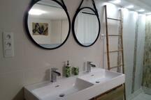 Salle de bain privative intégrée dans la chambre