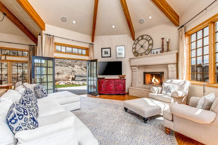 Stunning home w/incredible view, hot tub, 3 fireplaces, 2 kitchens
