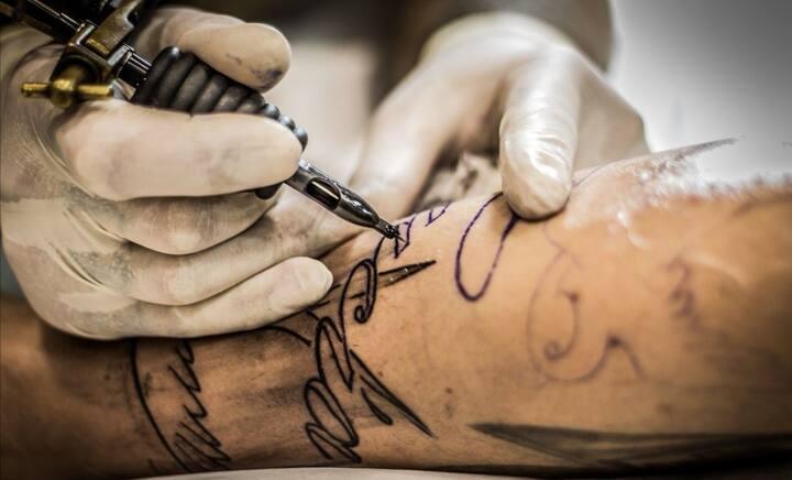纹身针正在刺入皮肤