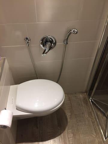 WC con bidet a doccina con acqua calda e fredda