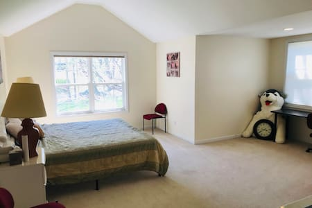 Large Private Room in Quiet, Spacious Home