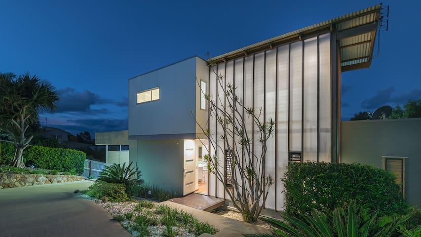 Designer Beach House - Nest Holidays - Castaways Beach - Rumah