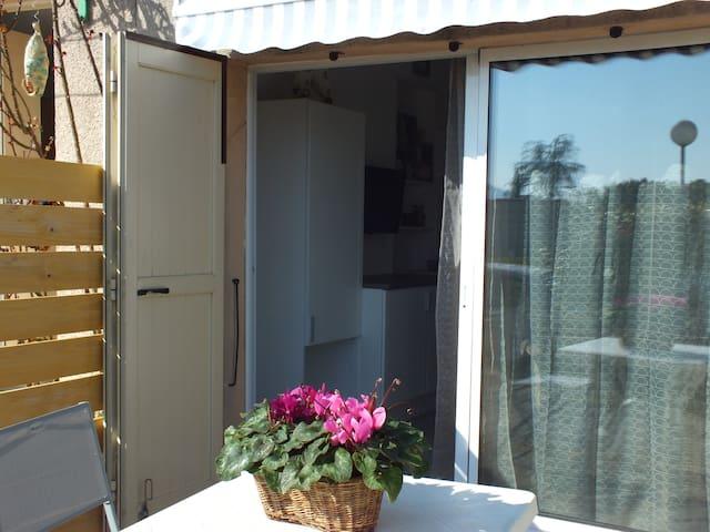 Terrasse privée ensoleillé avec le nécessaire pour profiter de la chaleur du Sud!