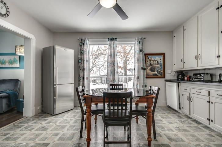 autre vue de la cuisine avec frigo