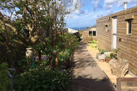 Clean  comfy hideaway near St. Just great sea view