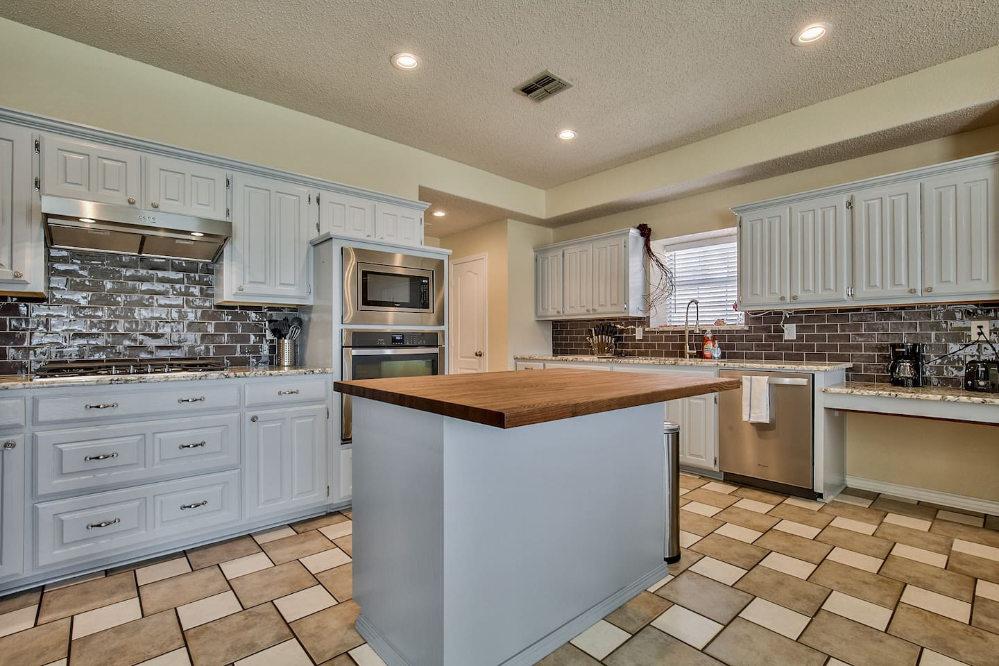 Gourmet, professionally updated kitchen with gas cooktop.