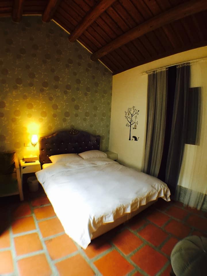 依山行館雙人套房-乾淨舒適、交通便利、每日特色早餐,綠意盎然的特色民宿,歡迎預訂。