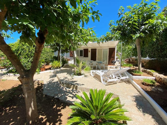Pretty Villa with Private Garden, 10 min to Beach