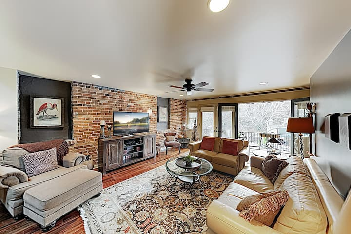 Remodeled All-Suite Downtown Loft w/ Balcony