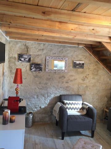 Sala com destaque da decoração da parede