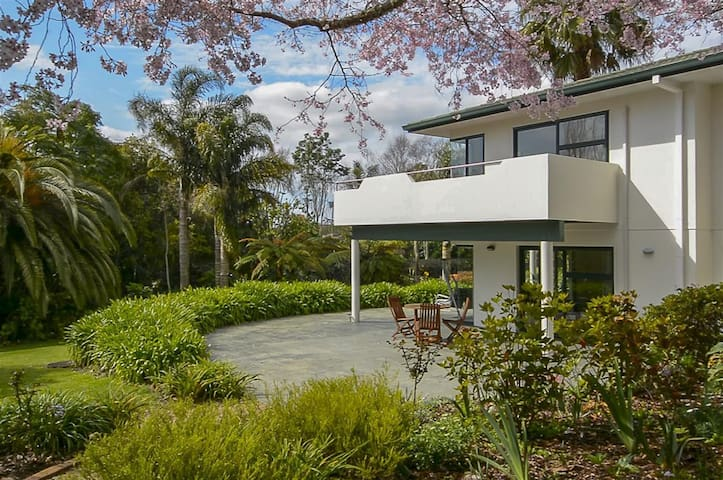 Self Contained Apartment Set in Tropical Garden - Tauranga