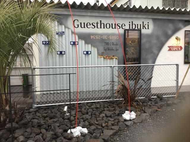 富士山の見えるゲストハウス。民家リノベーションとコンテナハウスをご用意。お好みのお部屋を