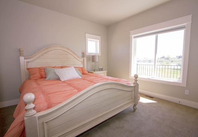 Bedroom 2 (Main Floor)