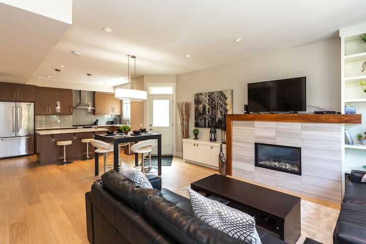 POSH DOWNTOWN HOUSE|STEPS FROM LRT|4 BED 4 1/2BATH