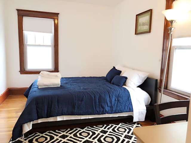 Lovely private bedroom—-near subway redline (#6)
