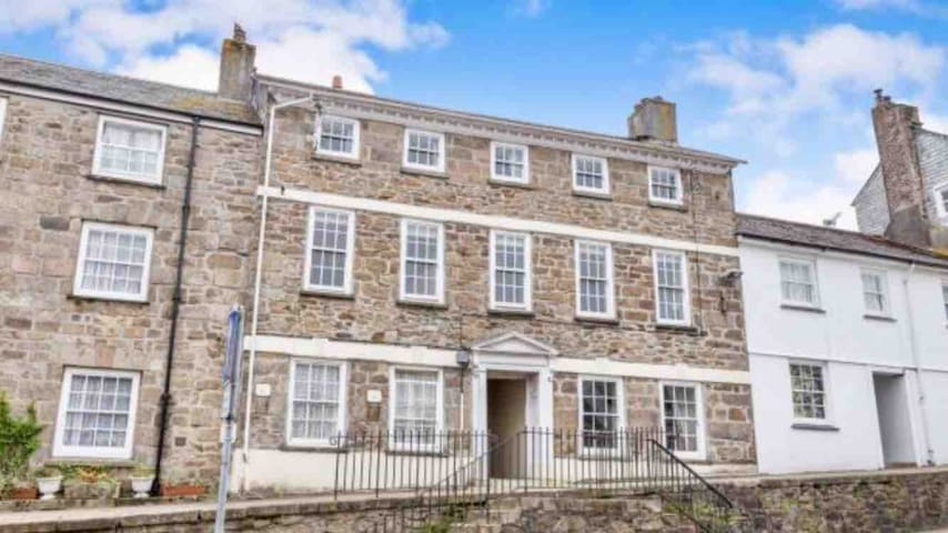 Spacious grade2 flat in Penryn Nr Falmouth
