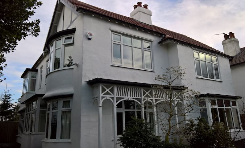 White Lodge - Close to train station & airport