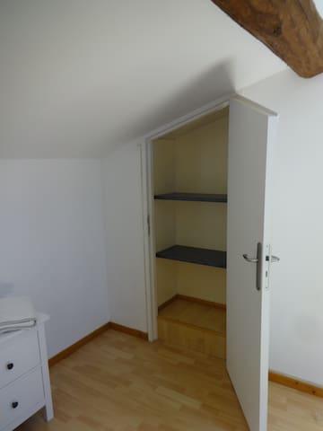 rangement dans la premiere chambre.  A closet in the first bedroom.
