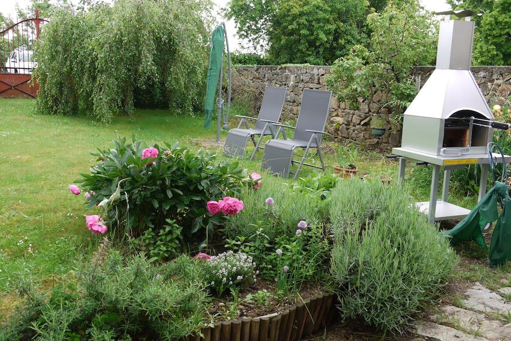 le jardin avec le barbecue