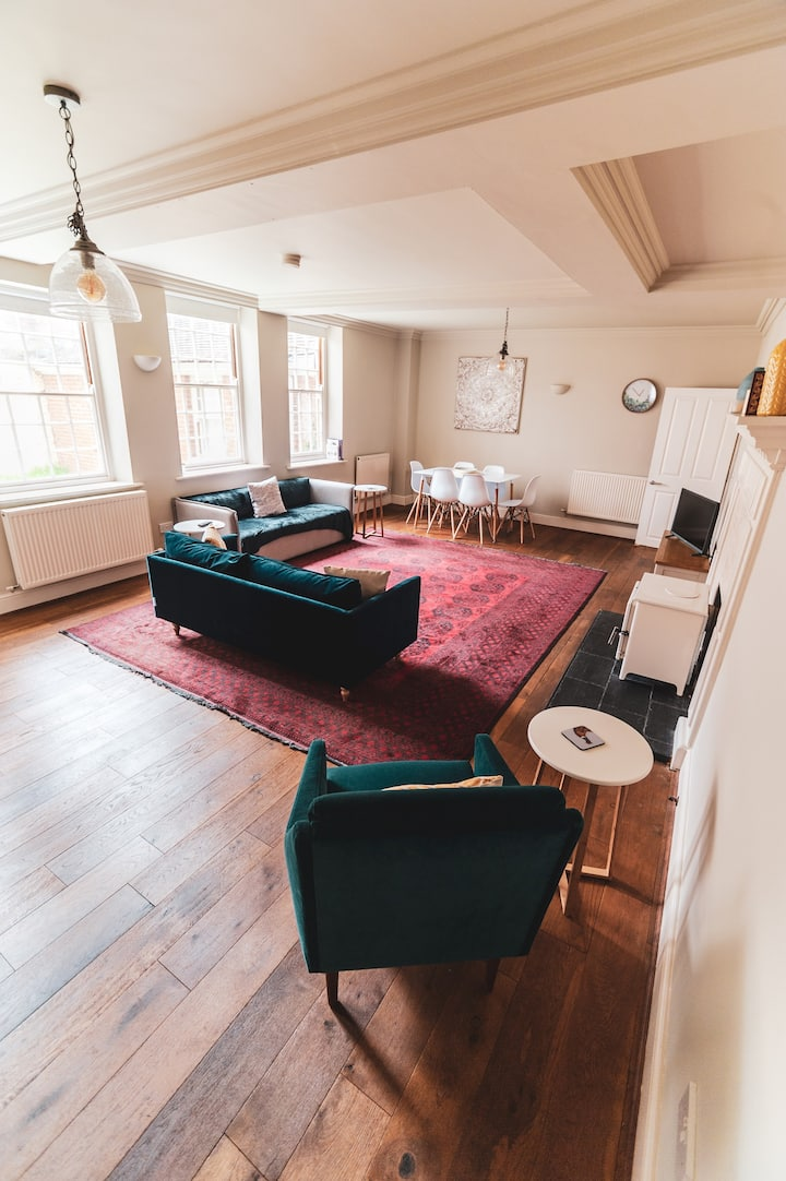 City on your Doorstep | Beautiful 2 Bed | Parking