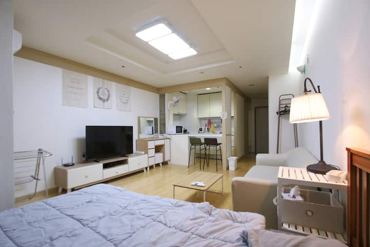 "H1 house☆Gangnam Stn. Exit5 ""4minutes""wide room."