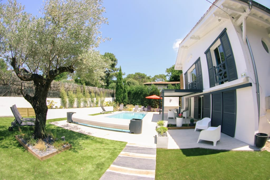 Vue d'ensemble de la villa et du jardin