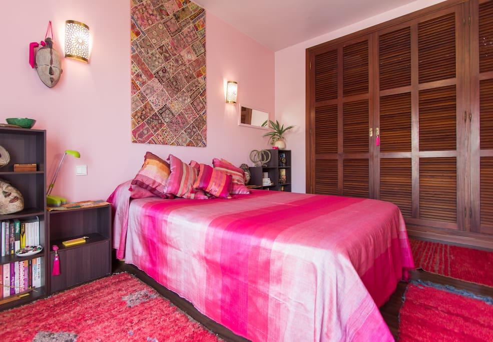Chambre avec petit balcon; coin salon et grand dressing pour accueillir vos affaires personnelles pendant votre séjour