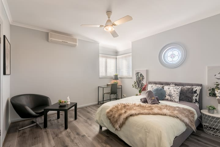 Boutique Private Rm situated in the heart of Burwood7