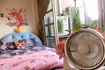 在這項花園居住的房間呢連電風扇都是特別設計的,希望讓您在充滿人脈的鋼筋水泥中感受到前所未有的花房居住幸福