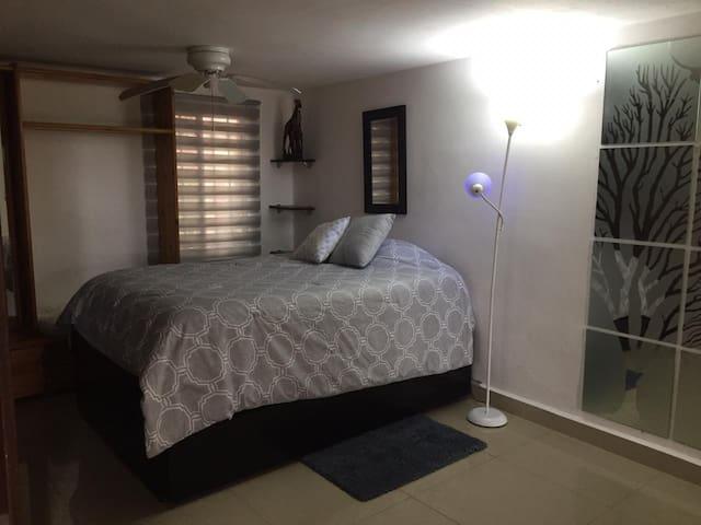 Recámara semi privada (puertas corredizas) en la planta baja de casa.  Cuenta con cama canguro individual.