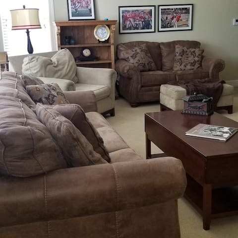 Within walking distance to campus, 3bd/2b condo