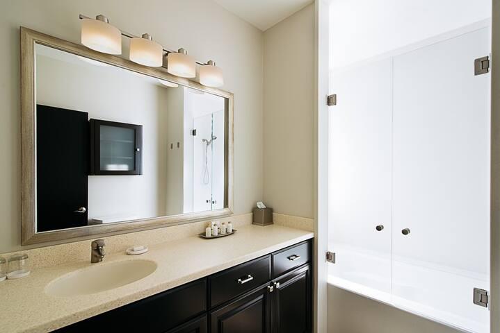 Plaza Suite bathroom