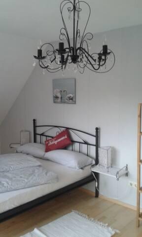 Privates Zimmer mit französischem Bett und Balkon