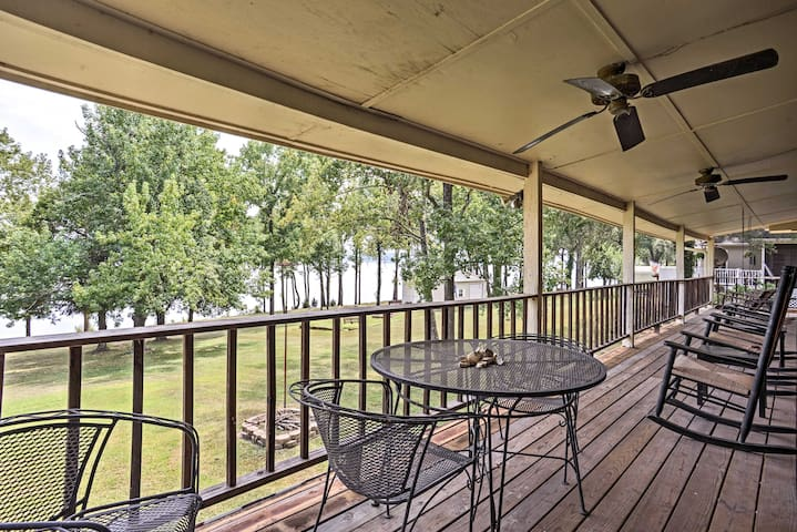 Waterfront Family Retreat w/Deck on Kentucky Lake!