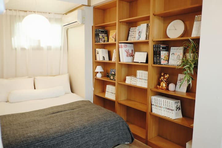 코지한 퀸사이즈 침대가 있는 방입니다. 라텍스 토퍼가 있는 매트리스라 편안하실 거에요. 분리형 온수매트가 깔려있어 겨울에도 따뜻하게 지내실 수 있어요. 침대옆으로는 책과 잡지를 준비해두었습니다. 조용한 공간에서 편하게 쉬면서 휴식을 즐겨보세요.