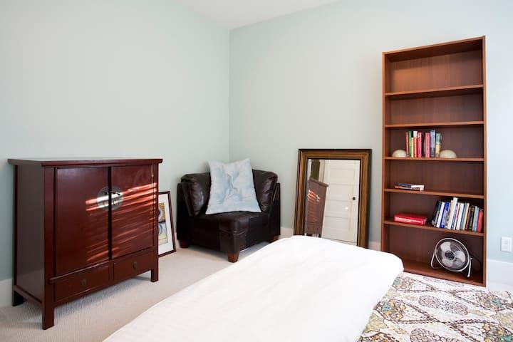 Sunny Bedroom Near Ashby BART