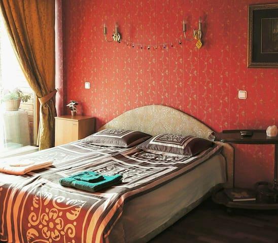 Spacious private room in quiet city center