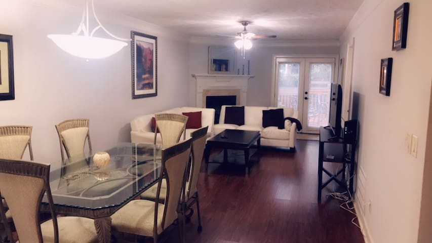 5 Bed  6 Queen Beds Town home at Marietta square