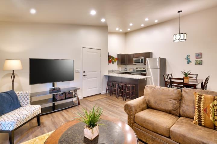 5I Cozy Family Friendly Moab Condo, POOL & HOT TUB