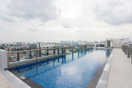 Great location near MRT. The apartment is clean and spacious (for Singapore) and works well for a family. We loved the pool on the roof! Michael was a super easy and responsive host to deal with and checking in and out was easy too.