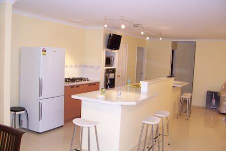 Garage, 3 bedrooms, Kitchen, Patio, Backyard, Shed - Lakelands - 独立屋