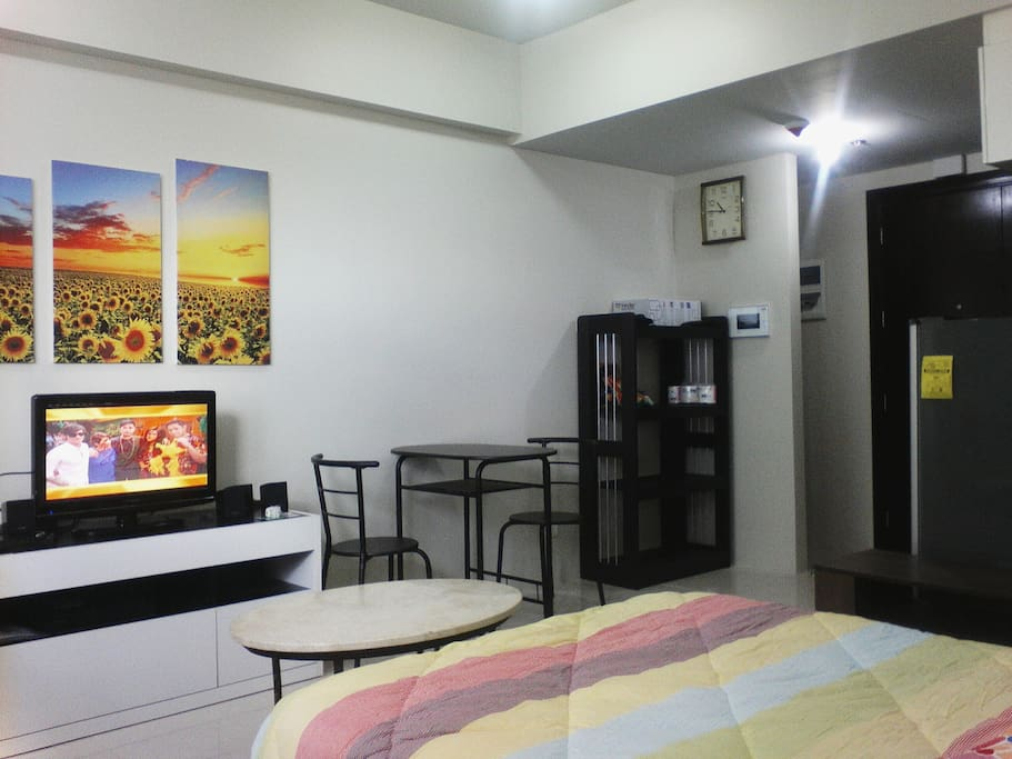 TV set, Dinning area and Shelves