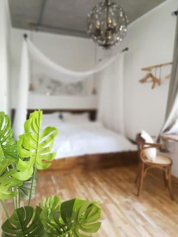 两间大床房,夏季非常惬意清凉。