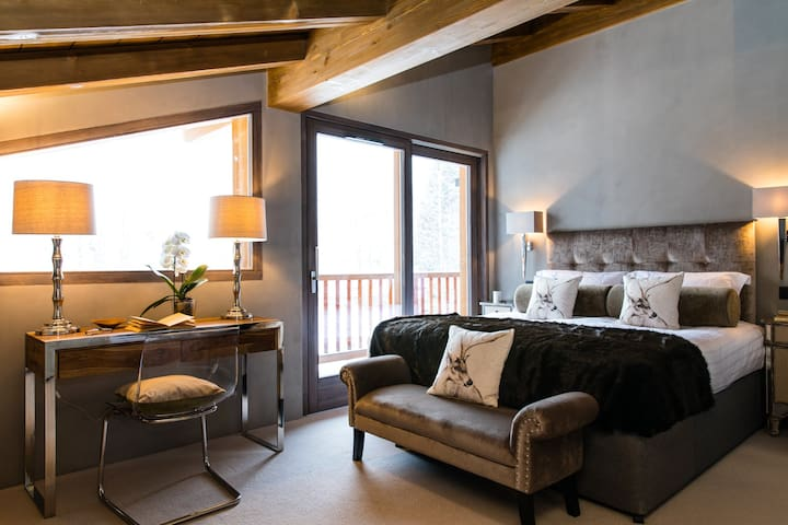 Bedroom 1: Double room (first floor) with en-suite bathroom, WC and balcony access with views of Mont Blanc