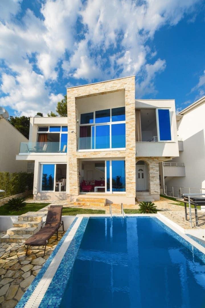 New on site,Modern villa, swimming pool