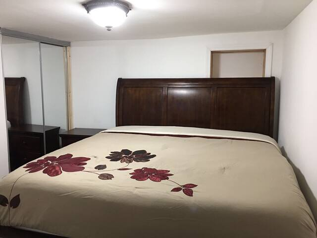 Private Room near LG airport, with a king bed