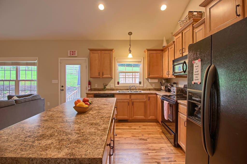 Beautiful chef's kitchen, fully equipped