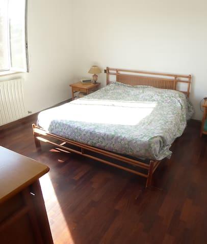 Camera 1 con letto matromoniale e cabina armadio