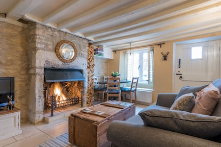 Charming 200 yr old stone cottage in Tetbury town